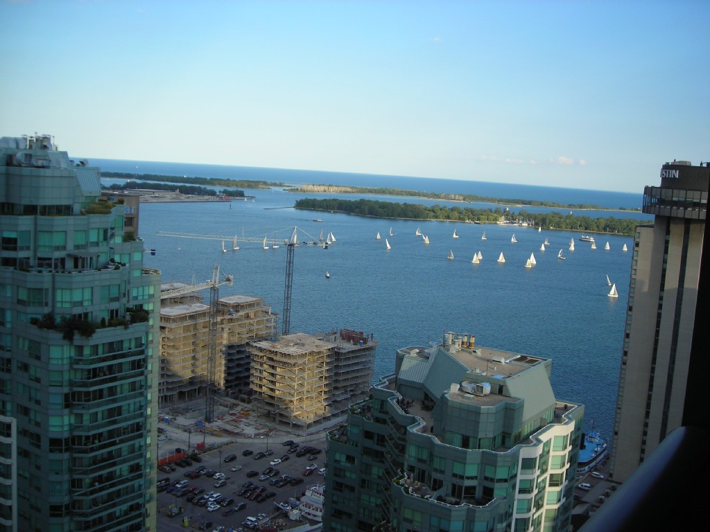 Upscale Harbor Front Condo In Downtown Toronto